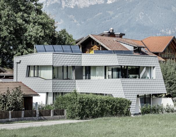 Una villa efficiente in Tirolo realizzata con scandole Prefa