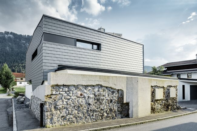 Scandole Prefa utilizzate per il rivestimento di una villa efficiente realizzata in Austria