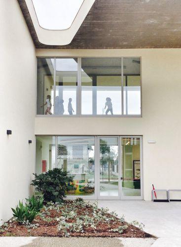 Spazi verdi e grandi vetrate caratterizzano la nuova scuola di Cernusco sul Naviglio