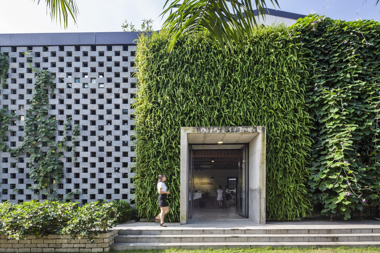 La nuova fabbrica Desino in Vietnam ricoperta da pareti verdi