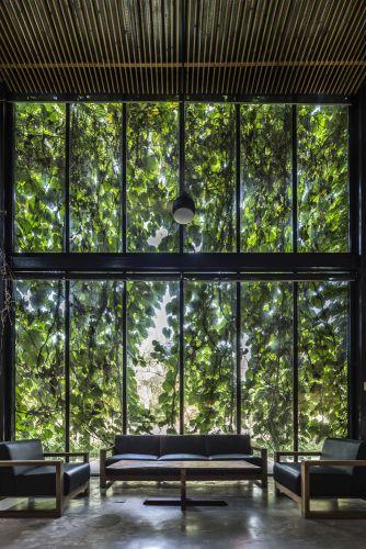 Grandi vetrate caratterizzano la fabbrica Desino in Vietnam