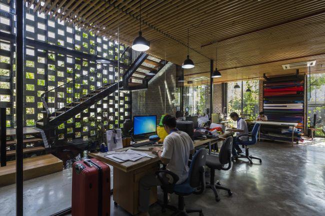 Gli open space della fabbrica desino in Vietnam, circondati dal verde