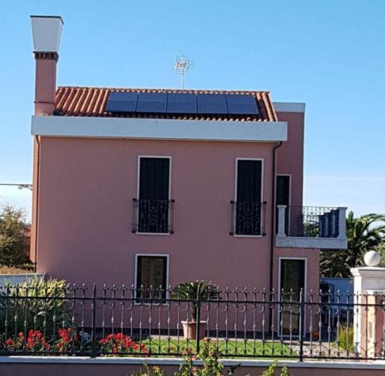 Moduli fotovoltaici vetro vetro Solarwatt installati in una villetta nella laguna di Venezia