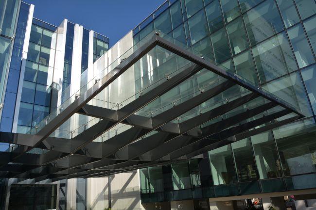 La grande pensilina vetrata della sede Amazon di Milano