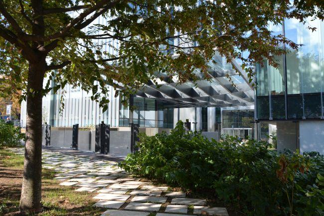 Giardino esterno della nuova sede Amazon di Milano