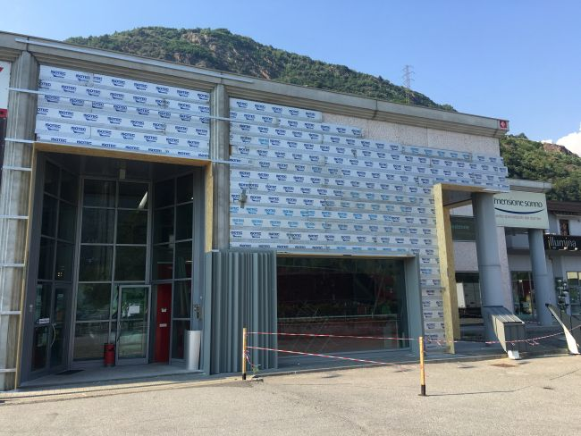Pannello isolante Isotec Parete per la riqualificazione della facciata dello showroom Nieder
