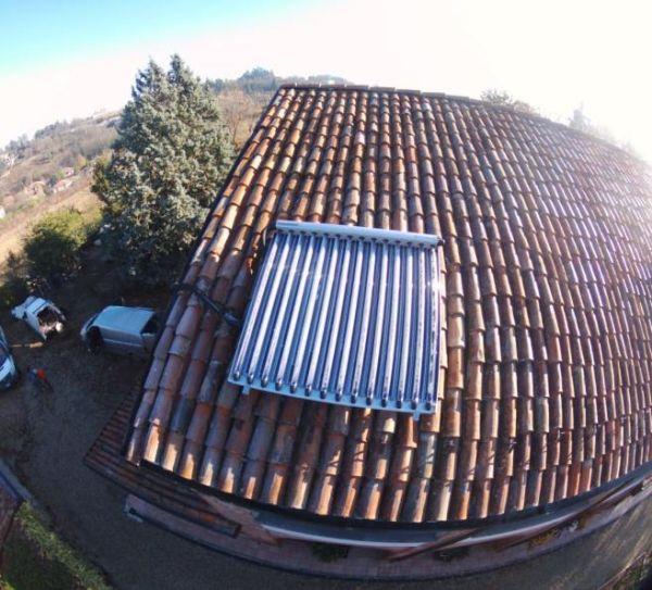 Pannello termico Paradigma per fornire acqua calda a una villetta a Tortona