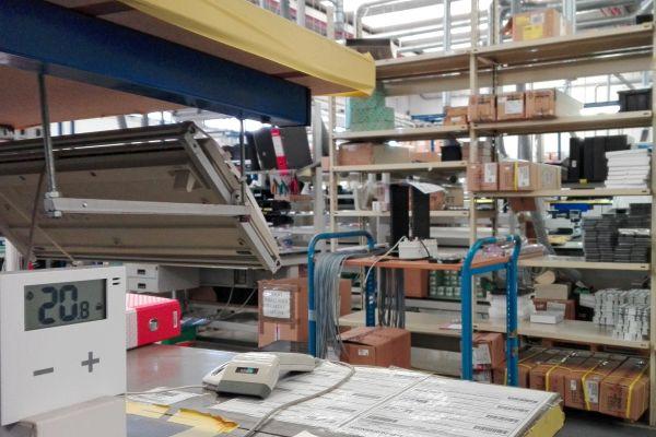 Uno dei termostati intelligenti Rialto nell'area produzione di Astrel Group