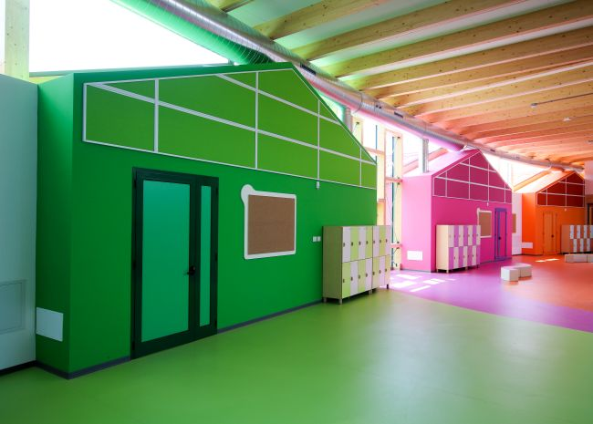 Tanti colori e materiali naturali per la scuola Pietro Nenni