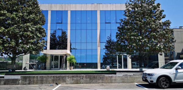 La facciata vetrata dei nuovi uffici Enav a Roma