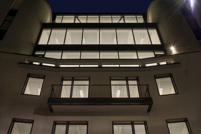 legno e vetro caratterizzano la riqualificazione dell'edificio di Milano Fatebenefratelli 14