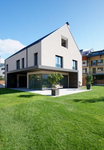Grandi vetrate caratterizzano la nuova villa Rubner Haus in Val Pusteria