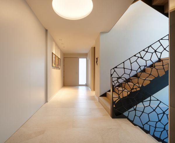 La particolare scala interna che caratterizza la nuova villa rubner Haus realizzata in Val Pusteria