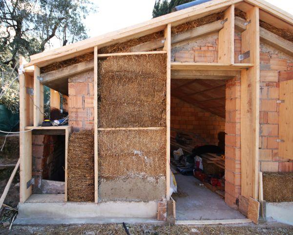 Il telaio in legno della casa e le balle di paglia come isolamento esterno
