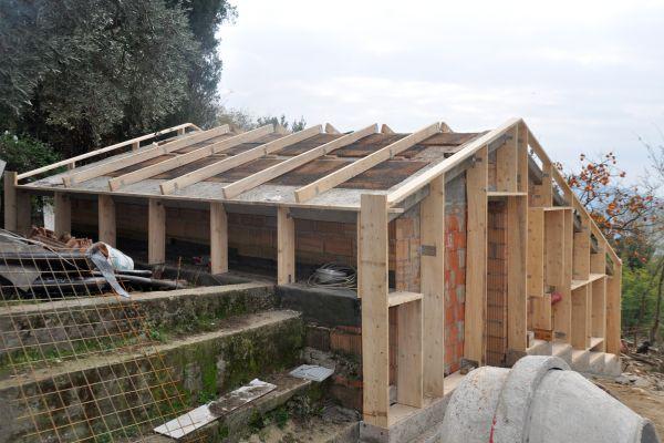 La struttura esterna di legno della casetta di Pistoia