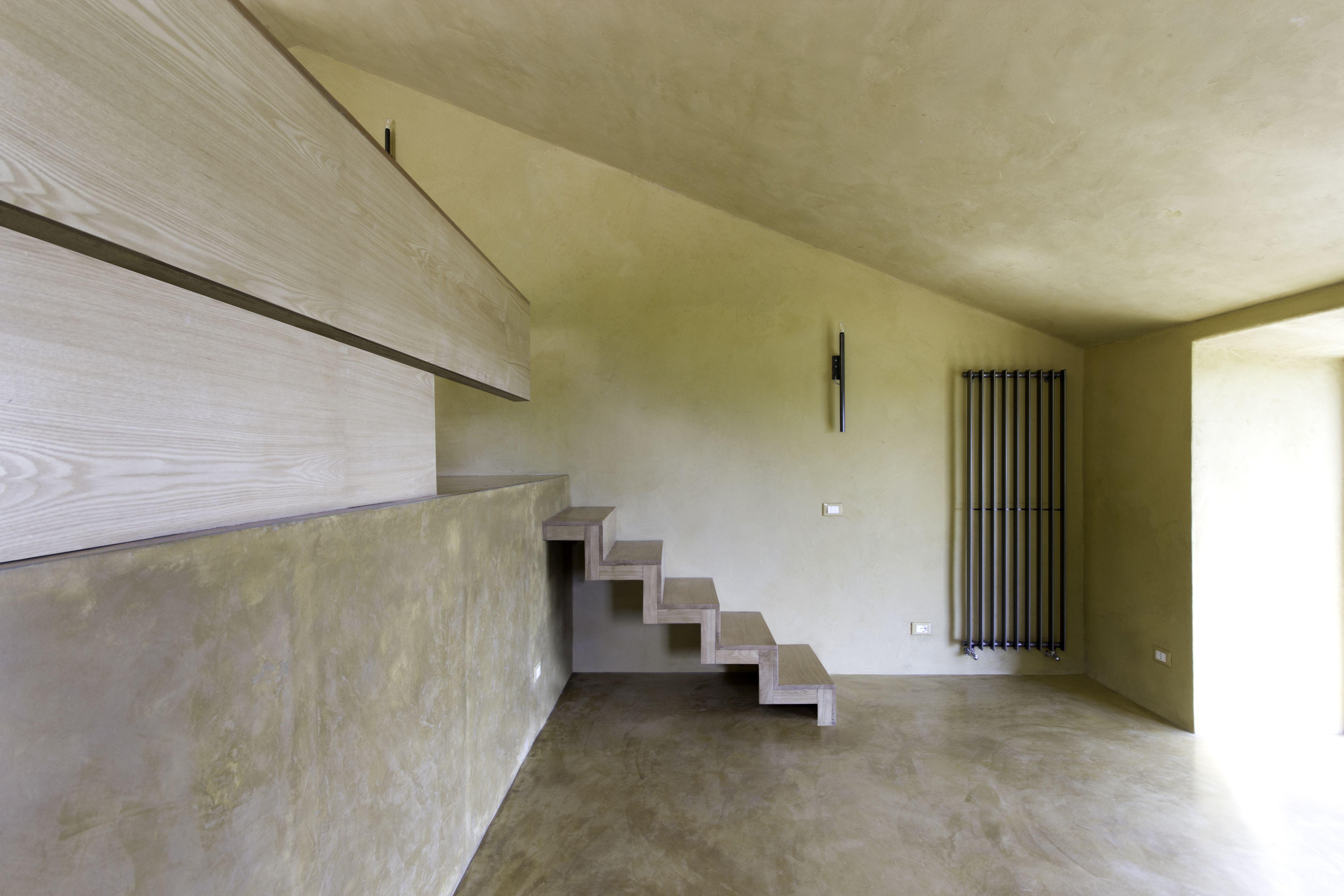 L'interno della casa di Pistoia con la scala di collegamento con il livello più alto dell'abitazione