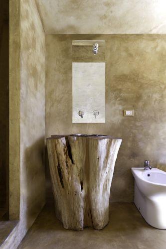 Il lavabo del bagno: una sezione del basamento del tronco di un cipresso ammalo rato