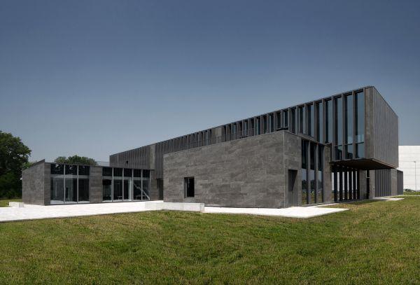 """I volumi della palazzina uffici Corman si articolano su una pianta a forma di """"H"""""""