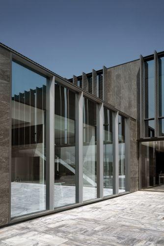 Le ampie vetrate della sede Corman offrono grande luminosità agli ambienti interni