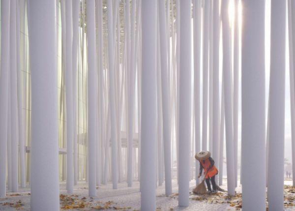 La foresta di bambù fornisce ombra alla facciata del Wuxi Show Theatre