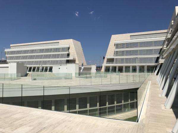 Pareti inclinate, ampie specchiature e alternanza dei frangisole per l'Università degli Studi di Roma Tor Vergata