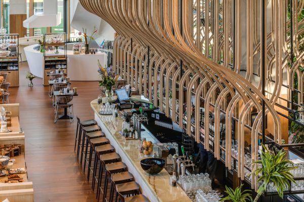 La nave di bambo posta sopra il bar dell'hotel Jakarta di Amsterdam