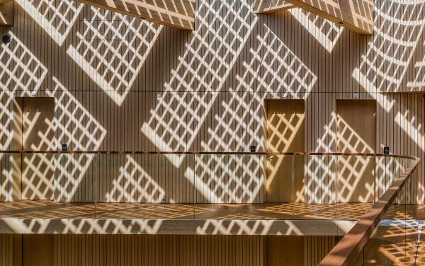 La parete di bambù dell'Hotel Jakarta di Amsterdam arricchita da giochi di luce