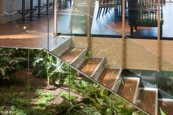Le scale dell'Hotel Jakarta di Amsterdam realizzate con il bambù