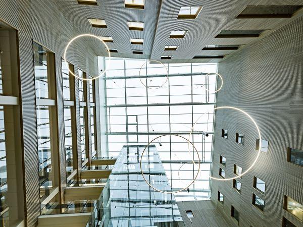 Uno dei due atri dell'ospedale di Bergen con la copertura trasparente (foto, Jorgen True)