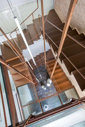 La scala in lamiera in ferro corten che collega i 3 piani di Aria di Kyoto