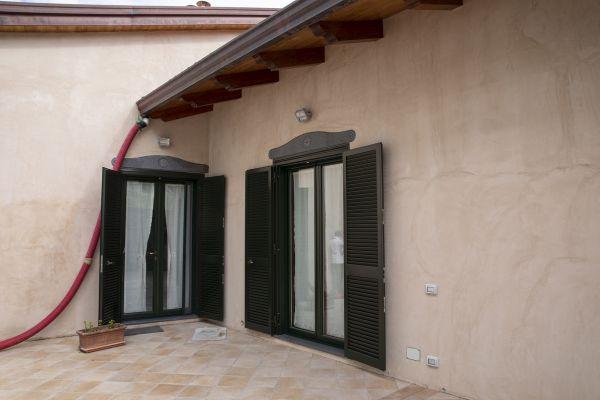 Cappotto isolante esterno con pannello Aeropan di Ama Composites in un'abitazione di Agerola