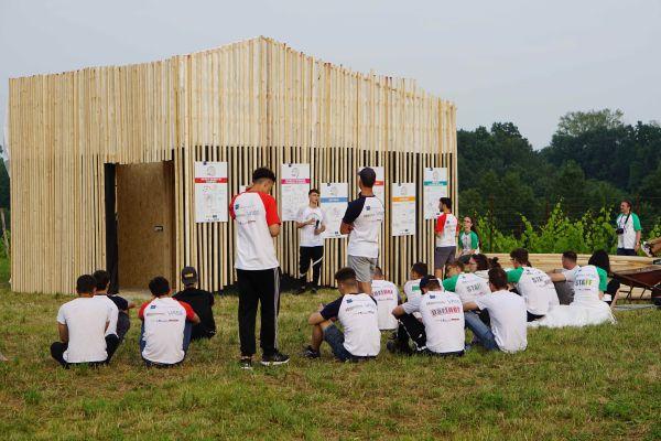 I ragazzi che hanno lavorato al modulo di legno per i cicloturisti
