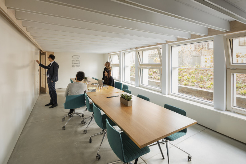 Interno di HouseZero sede dell'Harvard Center for Green Buildings and Cities, a energia positiva