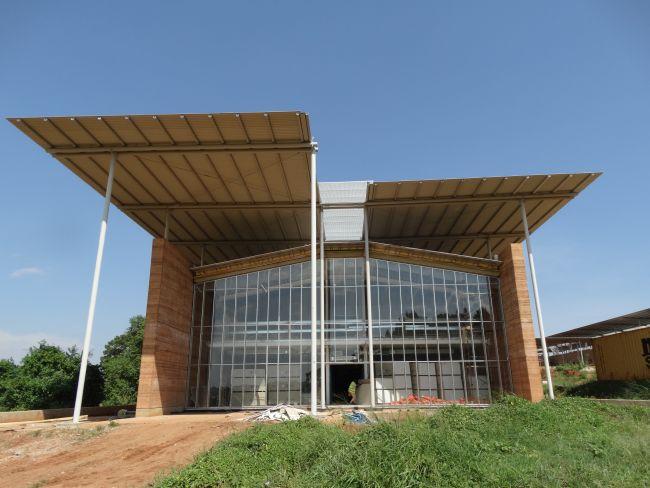 L'ingresso del nuovo ospedale di Emergency in Uganda