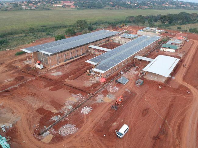 Ospedale di Emergency in Uganda composto da tre corpi paralleli con coperture piane