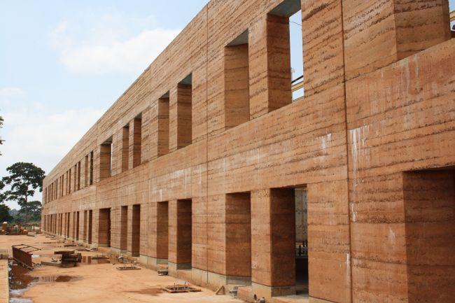 I muri del nuovo ospedale di Emergency in Uganda realizzati in terra cruda