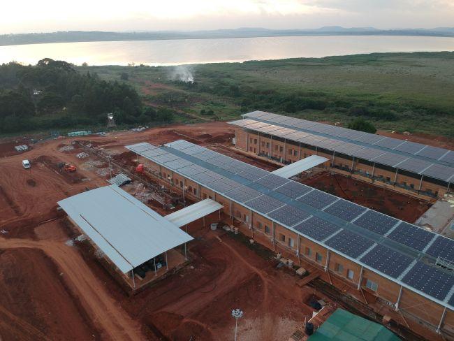 3000 m2 di pannelli fotovoltaici in copertura del nuovo ospedale di Emergency in Uganda