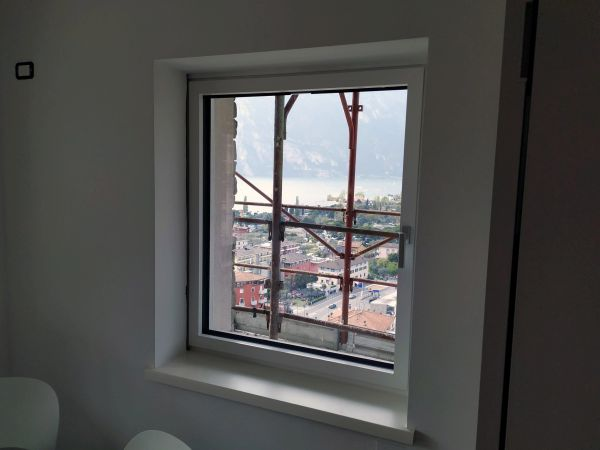 Monoblocchi RoverBlok di Roverplastik utilizzati per realizzare i fori finestra della villa di Torbole sul Garda