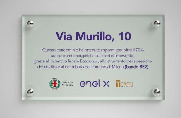 targa che attesta il risparmio energetico del condominio di viale Murillo a Milano