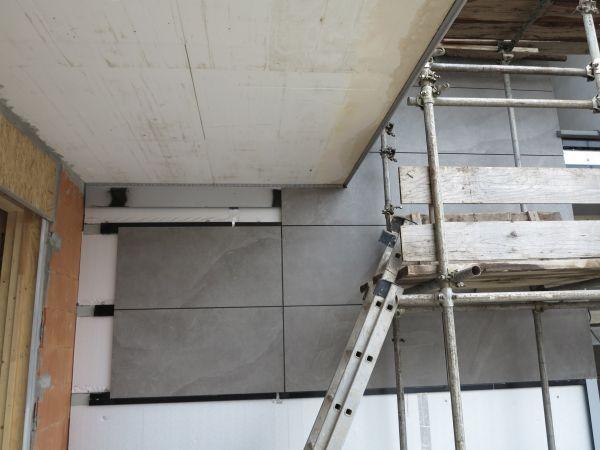 Posa grandi lastre in gres su parete isolata con il sistema Isotec di Brianza Plastica