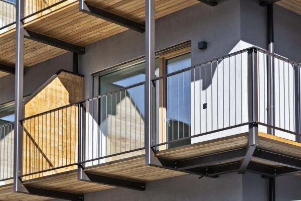 Uno dei balconi del residence Nives a Bressanone: legno, intonaco e ferro