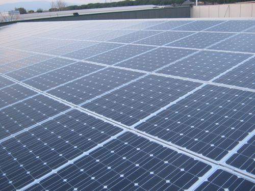 I moduli fotovoltaici sono costituiti da celle solari collegate tra loro in serie o in parallelo; tali collegamenti sono detti stringhe. Sul retro del modulo è posizionata una scatola di giunzione che raccoglie l'elettricità prodotta. Un insieme di moduli, connessi elettricamente tra loro, costituisce il campo fotovoltaico che, a sua volta, è collegato ad un inverter che trasforma la corrente continua generata dal modulo in corrente alternata che viene in seguito immessa nella rete elettrica.