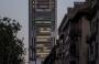 Schock per l'installazione dell'insegna luminosa nel grattacielo intesa SanPaolo