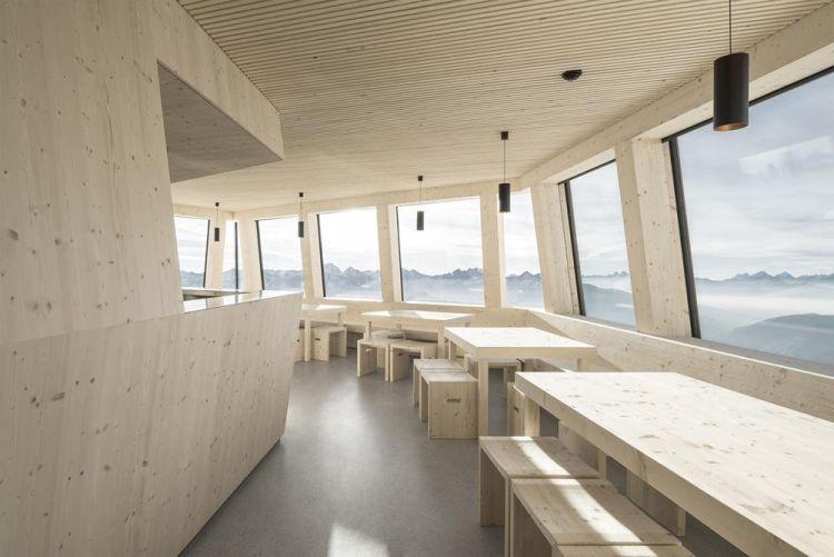 Gli interni in legno del rifugio Al Sasso Nero