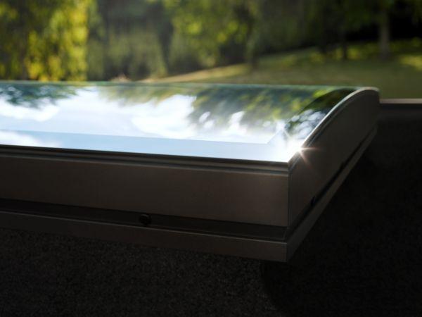Una finestra curva da tetto che dona luce e benessere