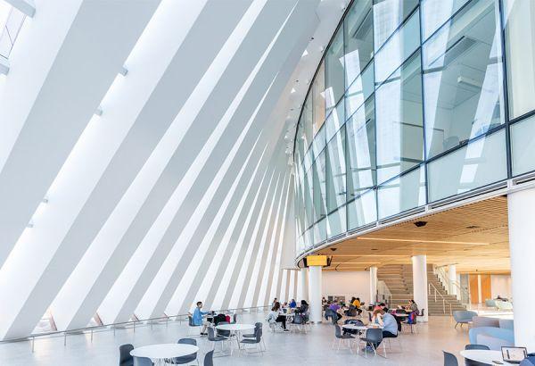 Una facciata con effetto domino per la scuola di management del Massachusetts