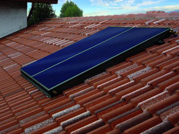 installazione obliqua tetto solare termico pannelli neri 1204