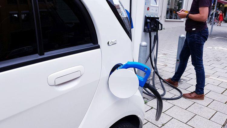 Ricaricare l'auto elettrica in viaggio: quanto tempo ci vuole?
