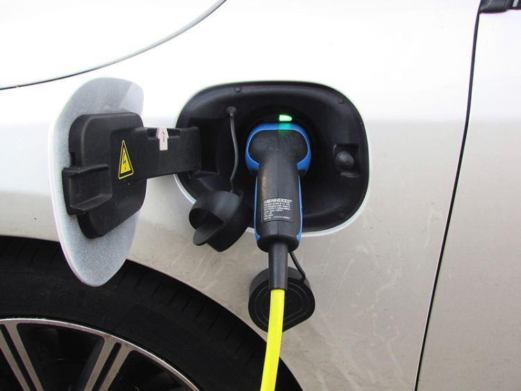 Ricaricare l'auto elettrica a casa e fuori