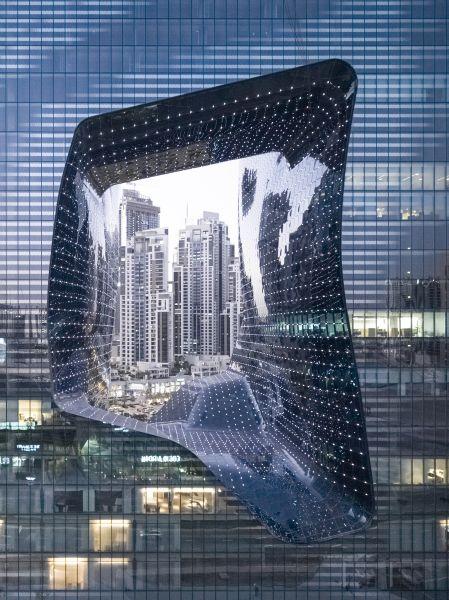 Il cubo scavato nel centro dell'Opus di Dubai nel quartiere Burj Khalifa